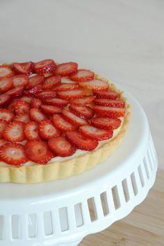 """Ando bem inspirada pelas receitas tradicionais francesas. Testando exaustivamente técnicas e melhorando meus """"skills"""" culinários. Tão inspirada que hoje vou ensinar uma torta de morango muito tradi…"""