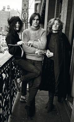 Patti Smith, el músico Eric Andersson y Viva, la estrella de Warhol, en el hotel Chelsea de Nueva York, en 1971. / DAVID GAHR (GETTY)