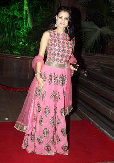 Amisha Patel looked beautiful in a pink ethnic dress at Arpita Khan's wedding reception in Mumbai. #Bollywood #Fashion #Style #Beauty