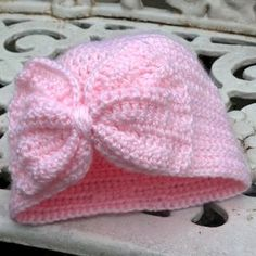 Baby Turban Hat with a BowThis crochet pattern / tutorial is available for free... Full Post: Baby Turban Hat with a Bow