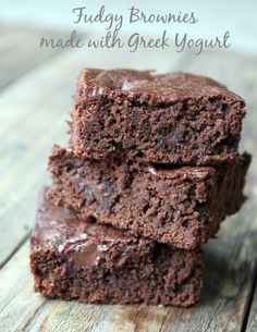 Fudgy Brownies Made With Greek Yogurt. Healthy dessert recipe you can make-ahead… Fudgy Brownies Made With Greek Yogurt. Healthy dessert recipe you can make-ahead of time for snacks during the week. Brownie Desserts, Oreo Dessert, Mini Desserts, Fudgy Brownie Recipe, Fudgy Brownies, Brownie Recipes, Skinny Brownies, Easter Desserts, Cheesecake Brownies