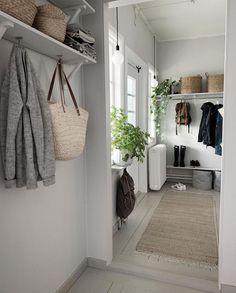 white home decor Interior Design Images, Beautiful Interior Design, Small Hallways, Country Interior, White Home Decor, House Entrance, Scandinavian Home, White Houses, Home Living Room