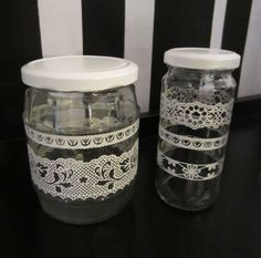 Tee-se-itse-naisen sisustusblogi: Old Mason Jars Made New With Spray-paint and Lace Sticker