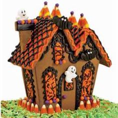 Ghostly Guest Gingerbread House via Wilton.com. Gingerbread houses aren't just for Christmas anymore! #DuncanHines Halloween Gingerbread House, Gingerbread House Kits, Halloween Haunted Houses, Gingerbread Man, Wilton Cake Decorating, Cake Decorating Tools, Cookie Decorating, Decorating Ideas, Holidays Halloween