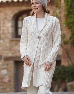 Вязаное пальто с косами и рельефным узором спицами