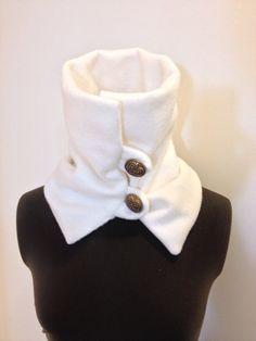 Una bufanda de lana para mantener caliente esta temporada. Use esta bufanda al cuello o pop up. Sólo envuélvalo alrededor del cuello y botón dos gruesos botones y lazos para el cierre. Es cálido, suave y elegante... y usted no tiene que estropear tu pelo en! Haga clic aquí para más bufandas: http://www.etsy.com/shop/sweetnola?section_id=11031011 color: blanco invierno 22 diámetro (22 redondo) 11 de alto pastilla anti paño grueso y suave Órdenes de encargo son bienvenidas. Esta bufanda de ...