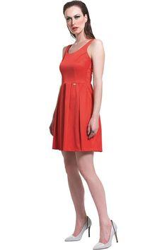 Φόρεμα πικέ σατέν μέχρι το γόνατο εξώπλατο με φούστα σε γραμμή Άλφα με κουφόπιετες εμπρός και πίσω