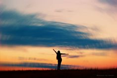 Cuando me las daba de bailarina o qué sé yo xd 👽🤔 . . . . . #conservatuscolores  #instachile #nature #girl #contraluz #fotógrafas