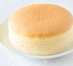 Ein Kuchen, der aus nur drei Zutaten besteht und nach dem Backen groß, luftig und einfach köstlich schmeckt: Das kann nur der japanische Käsekuchen sein, der derzeit durch das Web geistert. Wir haben das Trend-Rezept für Sie! http://www.fuersie.de/kochen/rezeptideen/artikel/fluffig-wie-zuckerwatte-japanischer-kaesekuchen