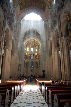 Catedral de Santa María la Real de la Almudena de Madrid. Se trata de un edificio de 102 metros de longitud y 69 de altura, construido durante los siglos XIX y XX en una mezcla de diferentes estilos: neoclásico en el exterior, neogótico en el interior y neorrománico en la cripta. Fue consagrada por Juan Pablo II en su cuarto viaje a España, el 15 de junio de 1993,
