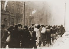"""Photo issue du rapport Stroop sur la répression de la révolte du ghetto de Varsovie avec la mention suivante """" Vers la zone de déportation"""""""