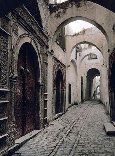 Street_in_the_Medina_of_Tunis_-_Tunisia
