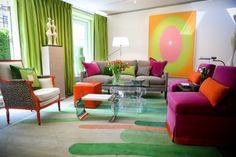 Poppige Wohnzimmergestaltung mit farbigen Möbeln-Vorhänge und Deko