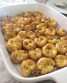 Ingredientes: 4 batatas médias; 2 dentes de alho; 1 ramo de alecrim; 3 colheres (sopa) de azeite; Sal e pimenta do reino; Queijo de sua preferência. Modo de preparo: Cozinhe as