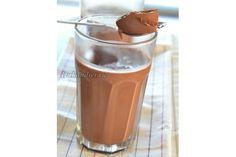 Желатин залить тремя столовыми ложками холодной воды и оставить набухать. Молоко подогреть с какао. Добавить желатин и подогревать пока желатин не растворится (НЕ кипятить!). Оставить остывать. Добавить сахзам и йогурт. Взбить миксером в течение приблизительно 5 минут. Разлить по бокалам и поставить в холодильник на минимум 2 часа.