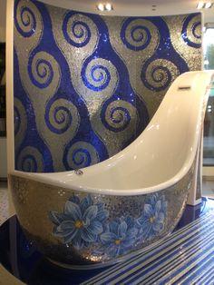 lo showroom della grande azienda produttrice di mosaici mostra rivestimenti enormi fatte con tessere tagliate su misura... impressionante.