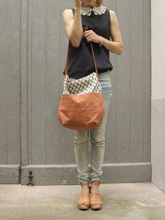 Die Schultertasche Klara ist aus 100% Canvas, handgesiebdruckten Elementen und einem Schulterriemen aus echtem Leder hergestellt. Der reine Baumwol...