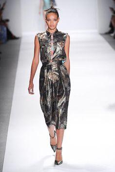 New York fashion week PE 2014! Custo Barcelona è devoto alle fantasie eccentriche: la prossima estate si sposano con tessuti extra lucidi che scivolano sul corpo.