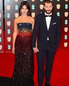 Miss Dornan! Adorei o vestido da Olivia Warner esposa do Jamie no #Bafta! Lindo casal parabéns aos envolvidos