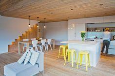 Nejcharakterističtějším prvkem domu je masivní dřevo novozélandského cypřiše, šedá neutrální barva a žluté akcenty.
