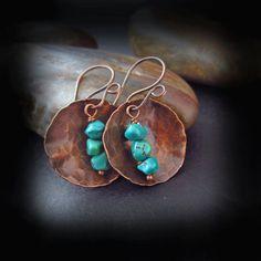 Rústico martillado cobre y turquesa - martillado pendientes de cobre - envejecido pendientes hechos a mano artesanal cobre - cobre y turquesa