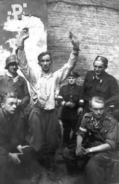 otografia z Powstania Warszawskiego. Jeniec z PASTy, gestapowiec rodem z Grudziądza, który najdłużej ukrywał się przed powstańcami.