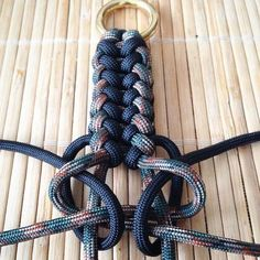 Tacticaldoorknocker work in progress.Image gallery – Page 116319602859265617 – Artofit Paracord Bracelet Designs, Bracelet Knots, Paracord Bracelets, Survival Bracelets, Paracord Tutorial, Bracelet Tutorial, Paracord Braids, Parachute Cord, Every Day Carry