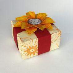 """Schachtel """"Sonnenblume"""" mit dem Envelope Punch Board   Die Anleitung dazu gibts auf:  http://eris-kreativwerkstatt.blogspot.de/2014/09/schachtel-sonnenblume-mit-dem-envelope.html"""