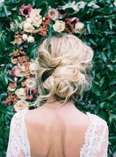 coiffure retro, robe de mariée en dentelle, dos nu, cheveux blonds