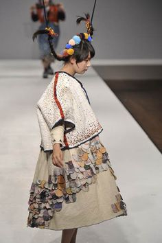 ((Momo Wang – Central St Martins BA Fashion Press show 20111))  Good old CSM....they produce such  talent in the realm of garment....this is an amazing piece!