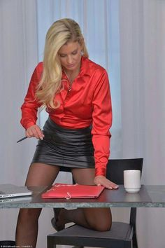 OMG soo wish I was her ! I really need to get a nice tight black leather skirt…