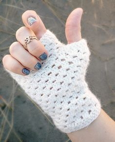 delicate crochet fingerless gloves (a free pattern)