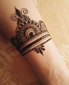 When you want an easy and a WOW design at the same time! #heena #mehendi #womentriangle #heenatattoo