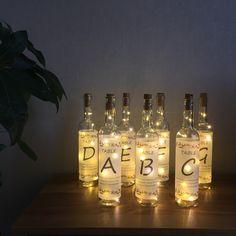 ゲストテーブルがキラキラ光って可愛い…♡ボトルライトをテーブルナンバーにするアイデアが幻想的♡ | marry[マリー]