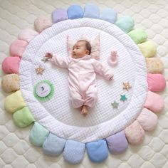 Cosy Nursery rugs and playing mat ideas Quilt Baby, Diy Bebe, Nursery Rugs, Baby Swings, Sewing Projects For Kids, Baby Room Decor, Baby Crafts, Baby Patterns, Baby Knitting