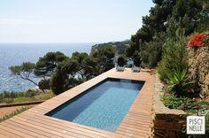Piscine semi-enterrée dans une restanque entre Marseille et Cassis avec vue sur la mer. Avec une maîtrise de l'implantation et du design propre à Piscinelle.