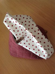 Momentos de Costura: Tutorial bolsas guarda labores de ganchillo Sewing Hacks, Sewing Tutorials, Sewing Crafts, Quilting For Beginners, Bag Making, Purses And Bags, Sunglasses Case, Projects To Try, Patches
