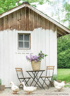 Farmhouse spring home tour. Decorating ideas for home and garden. Porch and entryway inspiration. Vintage Farmhouse, Farmhouse Style, Farmhouse Decor, Cottage Style, Backyard Sheds, Chickens Backyard, Estilo Country, Country Lifestyle, Diy Shed