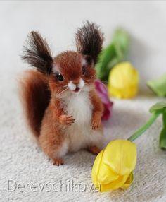 Как и все девочки, Марта очень любит цветыНу и смотрится с ними не плохо Белочка при доме. Sold. #squirrel #белочка #март #игрушкаизшерсти #сухоеваляние #подарок