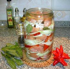 UTOPENCI - 1,2 kg špekáčků, 0,5 kg cibule, feferonka / sklenice 3 l/ Nálev: 0,4 l octa, 0,6 l vody, 1 pol. lžíce soli, 3 pol. lžíce cukru, 1 lžíce oleje, 3 bobkové listy, 5 kuliček nového koření, 1 lžička celého pepře.  špekáčky sloupneme a podélně překrojíme. Oloupanou cibuli nakrájíme na kolečka.Do třílitrové láhve dáme na dno vrstvu cibule, část koření z nálevu, kousek feferonky a vrstvu špekáčků. Opakujeme  do naplnění sklenice;zalijeme studeným nálevem.Necháme uležet 7 dnů v chladu.