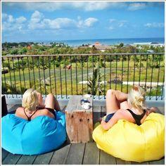 Sudah lelah main di pantai tapi masih ingin lihat laut? Di FRii Bali Echo Beach, kamu tinggal ke rooftop café saja.