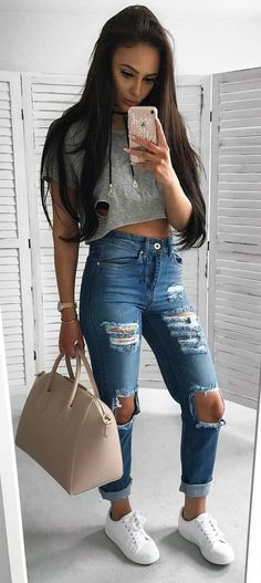 street style addiction tee + ripped jeans + bag