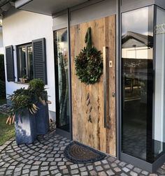Aluminum front door with old wood - # Aluminum front door .- Aluminium Haustür mit Altholz – # Aluminium Haustür Aluminum front door with old wood – wood # Aluminum front door wood door - Modern Entrance, Entrance Decor, Aluminium Front Door, Beautiful Front Doors, Front Door Design, Diy Holz, Modern Exterior, Old Wood, Wooden Diy