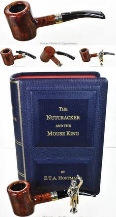 "Dunhill Christmas Pipe 2016 - ""The Nutcracker and the Mouse King"" - Nr.: 294/300 Kategorie : Amber Root Ohne Filter Kopfgröße : 5 Gewicht : 46 g Länge : 13,5 cm Höhe : 4,8 cm Breite : 3,6 cm Bohrung : 2 cm x 3,2 cm Mundstück : Kautschuk The Nutcracker and the Mouse King Godfather Drosselmeyer Year 6 Lieferumfang : Bucheinband(Lederbezogen), Stopfer(Sterlingsilber), Zertifikat"