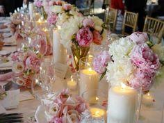 Centre de table mariage Bouquet de pivoine intercalé par de joliesbougies toutes simples......