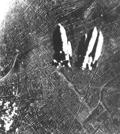 Berlin 1945 Bomben über Kreuzberg - Zwischen Spree und Landwehrkanal fallen die Bomben. Gut zu erkennen, der Schlesische Bahnhof (heute Ostbahnhof). Bis zum Ende 1945 fallen auf Berlin ca. 70.000 Tonnen Bomben und zerstören rund 80% der Stadt.