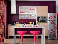 Decoração apartamento pequeno cozinha americana colorida