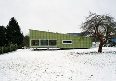 The Strohhaus in Sweden is made entirely from lightweight panels of prefabricated, formaldehyde-free compressed straw, a prototype designed by architect Felix Jerusalem. The dense outer layers form the threshold, while the in-between layers provide thermal insulation.