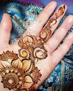 another of henna romka's russian-inspired designs with lots of parallel delicate lines decorated with dotting Mehndi Art Designs, Mehndi Images, Henna Tattoo Designs, Heena Design, Henna Palm Designs, Henna Ink, Mehndi Tattoo, Henne Tattoo, Henna Drawings