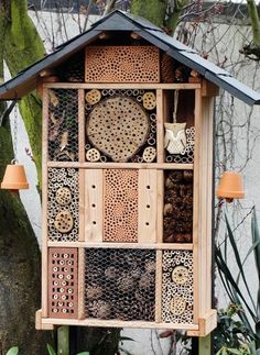 Insect Hotel Pictures of self-built insect hotel hotels a wild bee hotel for environmental protection for wild bees Retaining Wall Construction, Diy Retaining Wall, Landscaping Retaining Walls, Garden Bugs, Garden Deco, Garden Pests, Bug Hotel, Wild Bees, Garden Structures